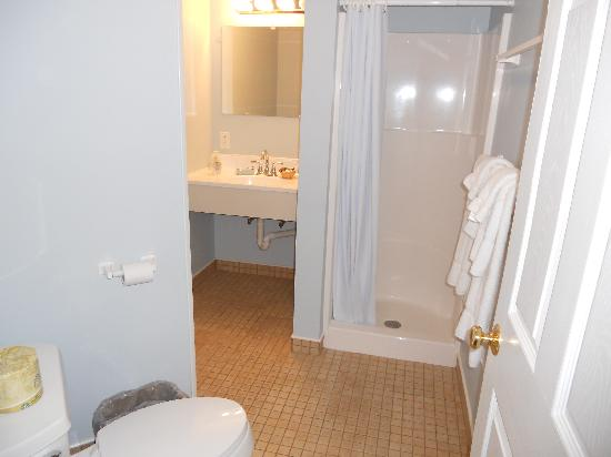 Boardwalk Inn: Bathroom