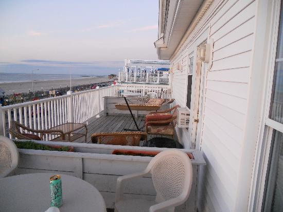 Boardwalk Inn: View of Ocean Front Balconies
