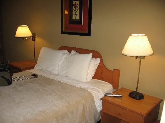 Days Inn Bellingham: room: smell of stale cigarettes covered with Lysol