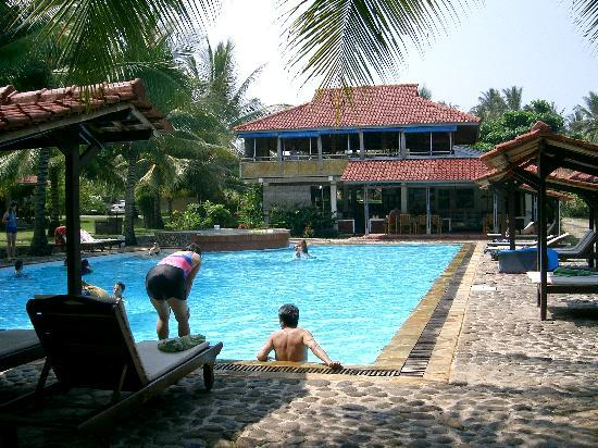 Ocean Queen Resort: At the pool