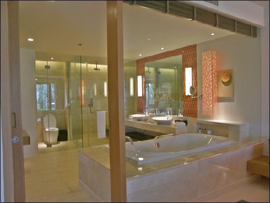 Renaissance Phuket Resort & Spa: Spacious bathroom in Bedroom Suite