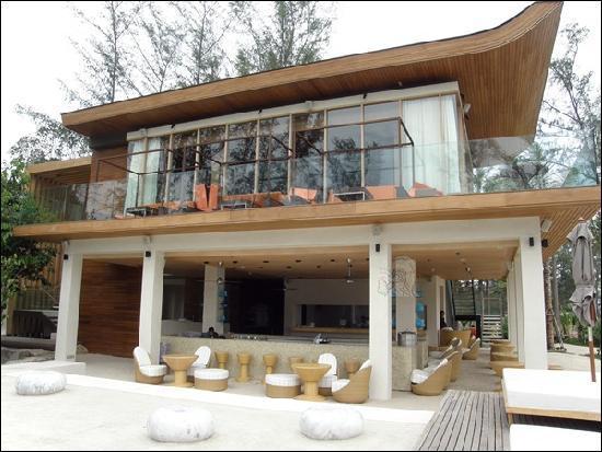 Renaissance Phuket Resort & Spa : Sand Bar with Takieng Restaurant on upper floor