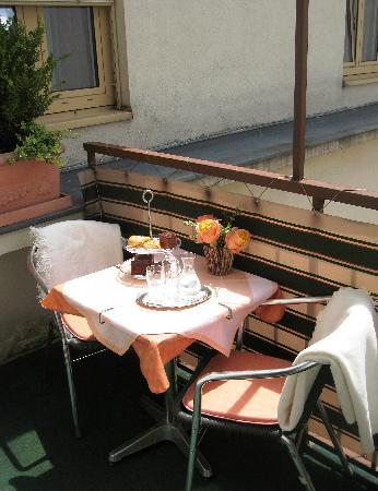 Pension Aviano: Breakfast - balcony