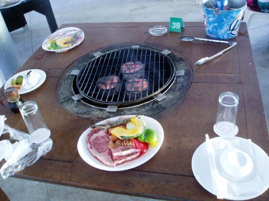 Nikko Sunset Beach BBQ: 炭火で焼きます