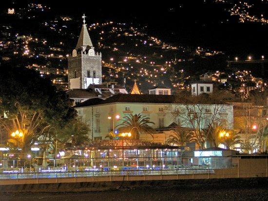 Porto Santa Maria Hotel: Funchal-Stadtblick am Abend