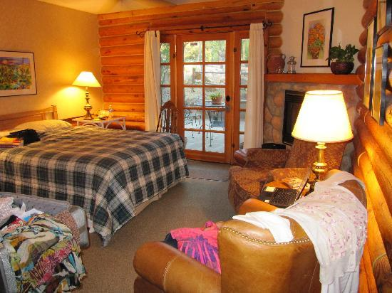 Gurley Street Lodge: Our room (with a private patio, FP, great reading lamps, private bath, etc)