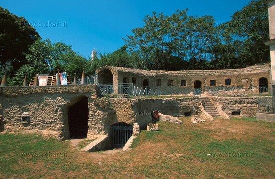 Bacoli, Italija: Tomba di Agrippina esterno