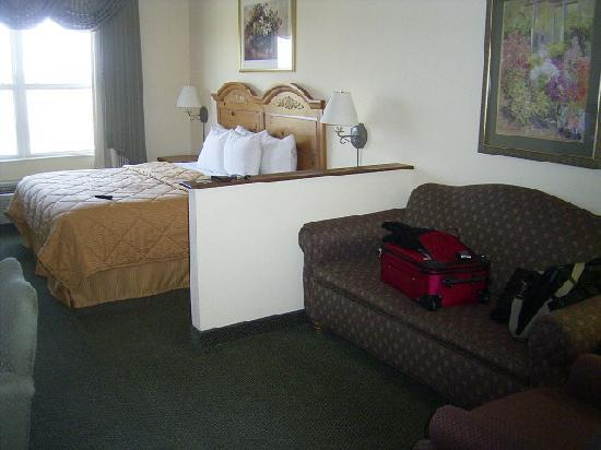 Comfort Inn & Suites: Bedroom and Couch