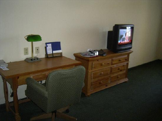 Quality Inn & Suites I-35 / Walnut Hill: TV - no flatscreen here