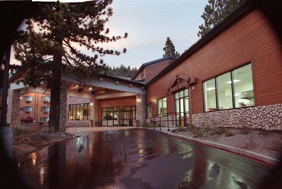 BEST WESTERN PLUS High Sierra Hotel: Hotel exterior
