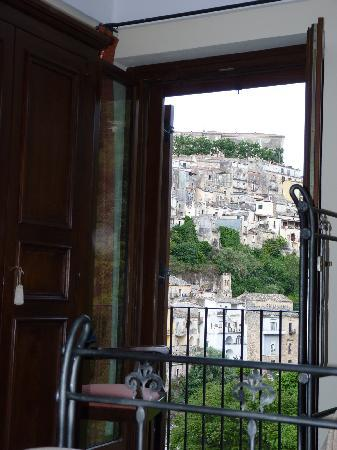 Hotel Palazzo degli Archi: The view over Ibla without standing up from your bed