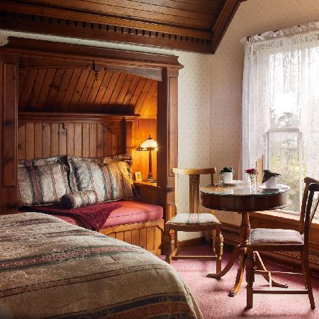 Dennen's Victorian Farmhouse: Dora's Room at Mendocino Bed and Breakfast