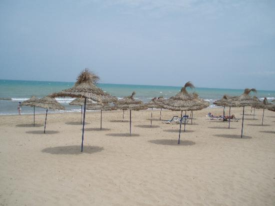 Ramada Plaza Tunis : Beach outside hotel