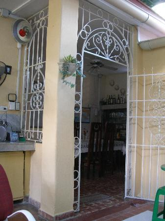 Hostal Casa Yaneva: View of the dining room from the patio