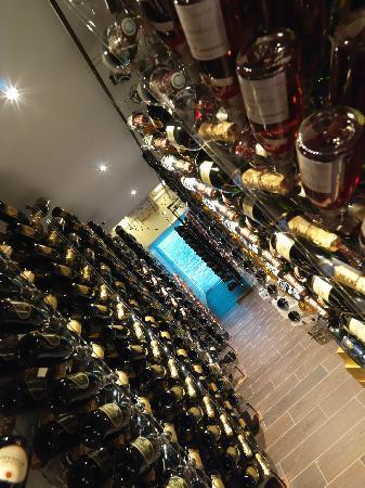 A Spurcacciuna : cantina teatro contiene 15.000 bottiglie
