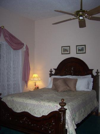 Woodridge Bed and Breakfast of Louisiana: Live Oak Jr. Suite -Mahongany Daybed Woodridge B&B Slidell, LA