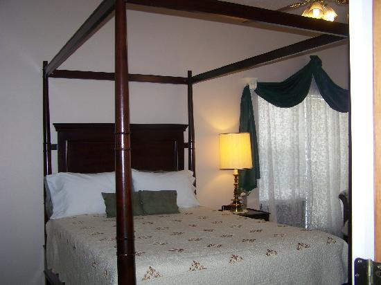 Woodridge Bed and Breakfast of Louisiana: Magnolia Jr. Suite Woodridge B&B Slidell,La