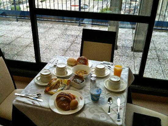 Hotel Aosta - Gruppo MiniHotel: Our breakfast at the table.