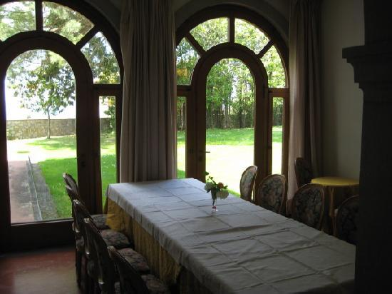 Hotel Villa Godenano: One of several dining areas