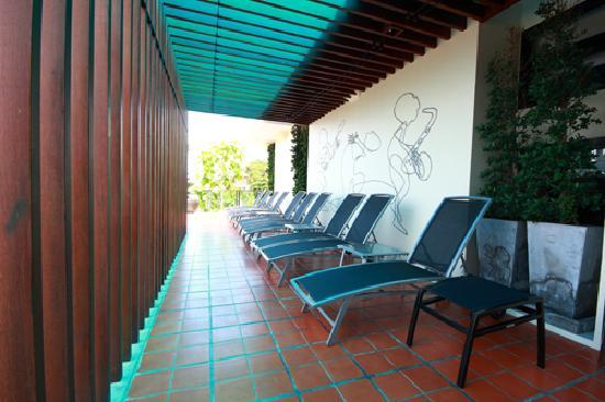 Ibed Chic & Stylish Backpacker Hostel: sun deck area