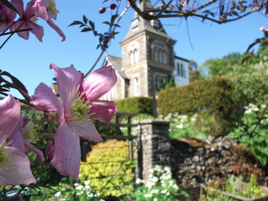 Yewfield Bed & Breakfast: The house from the garden