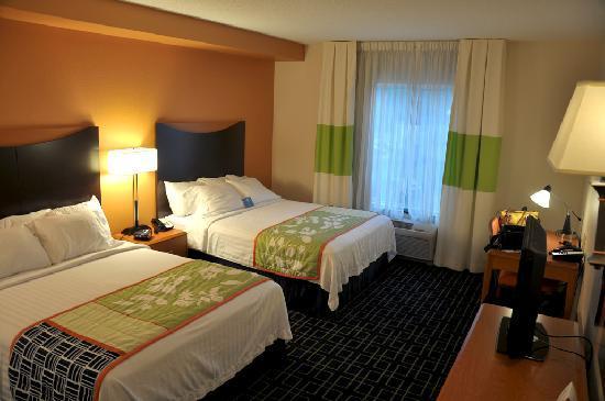 Fairfield Inn & Suites Bedford: Two queen bed room