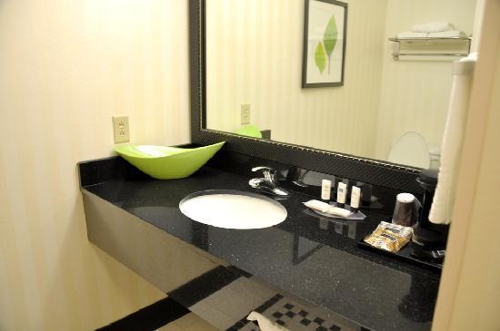 Fairfield Inn & Suites Bedford: Bath