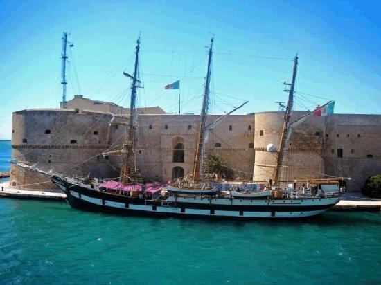 Taranto, Italien: Castello Aragonese con nave Vespucci