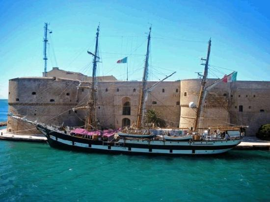 Taranto, Italy: Castello Aragonese con nave Vespucci