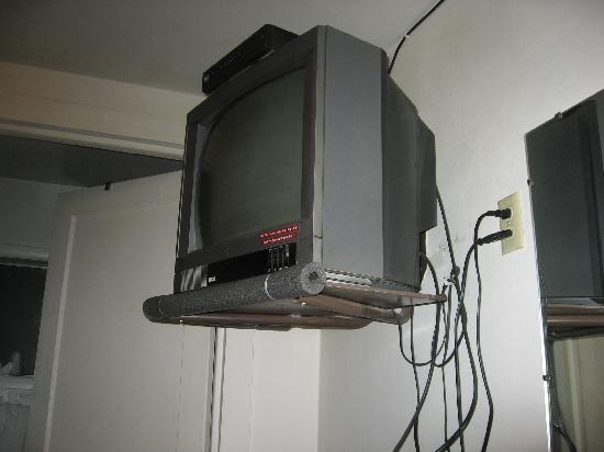 Lincoln Motel : TV, should be replaced