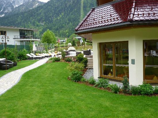 Hotel Kristall: rechts, Ruheraum mit Wasserbetten. Links, Liegen und Ruhen mit Außenpool