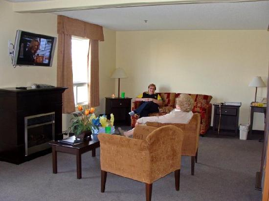 Super 8 Barrie: Executive Suite Sitting Area
