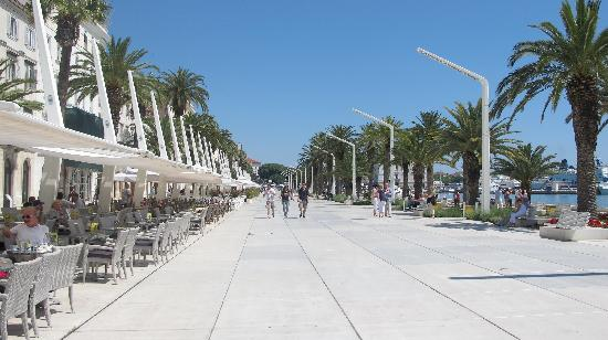 Hotel Peristil: The street between the hotel and the sea