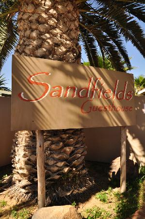 Sandfields Guesthouse: insegna esterna
