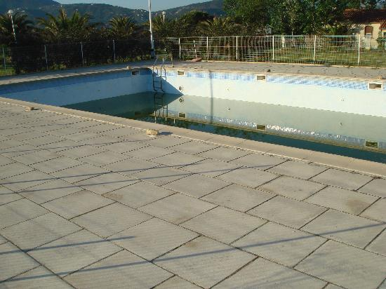 Hotel Bar Restaurant La Garenne: piscine