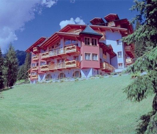 Cristal Palace Hotel: facciata estiva