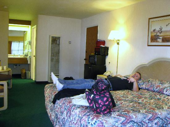 Rodeway Inn: King bed & pooped from driving all day