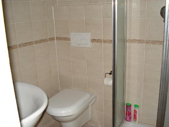 L'Antica Vetreria: modern washroom