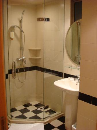 Lanson Place Winsland : Bad neben Kinderzimmer