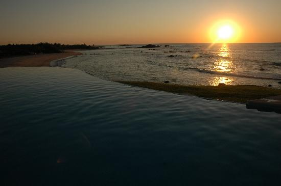 Four Seasons Resort Punta Mita: sunset over the infinity pool