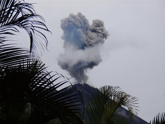 Volcano Lodge & Springs: Arenal erupting