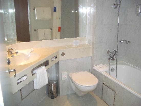 Mercure Hotel Hannover Oldenburger Allee: Bad zu Zimmer 211
