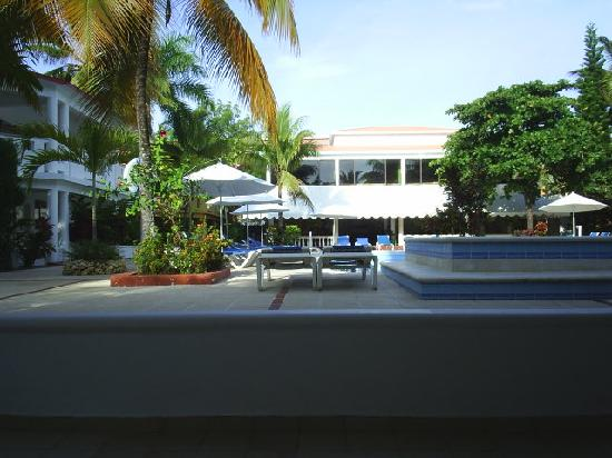 Hotel Celuisma Cabarete: Looking over pool from hot tub end