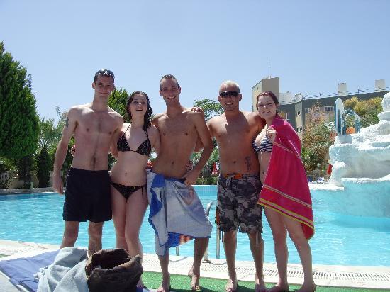 Tropicana Garden Hotel: Wayne, Shauna, Greg, Michael, Aimee at the beautiful Tropicana pool