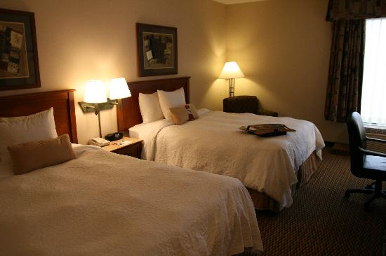 Hampton Inn Boston Braintree: Our Double-Queen Bedded room