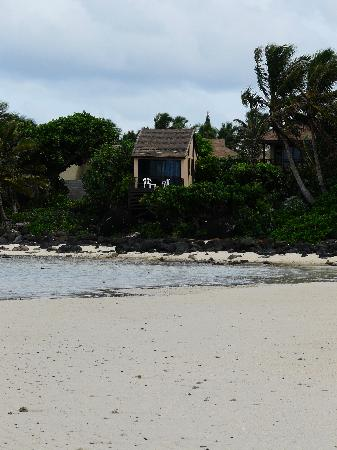 Muri Beach Cottages: VIEW OF POLE HOUSE FROM MURI BEACH