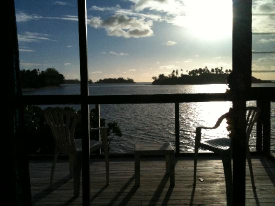 Muri Beach Cottages: VIEW FROM DECK