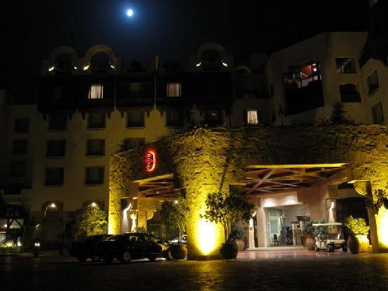 Islamabad Serena Hotel: Serena entrrance at night