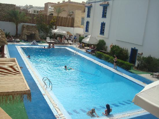 Bay View Hotel: pool view from above