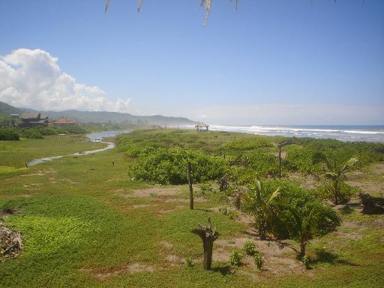 Hosteria la Barquita: Vue sur la plage... quasi déserte!